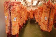 Carne corta en matadero.